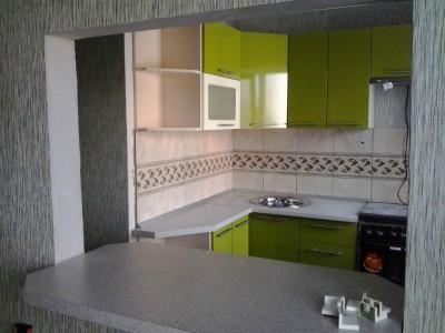 Пример угловой кухни зеленого цвета