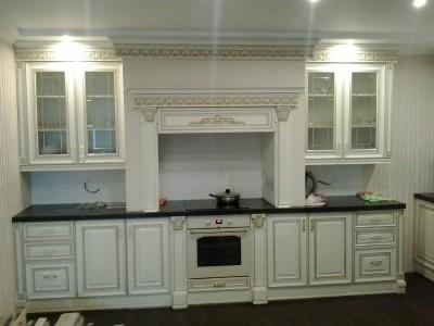 Пример кухни белого цвета с узорами