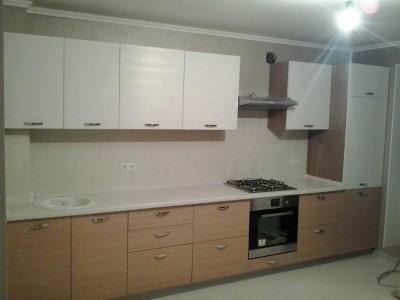 Пример прямой кухни серого цвета
