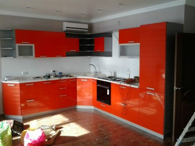 Пример угловой кухни красного цвета